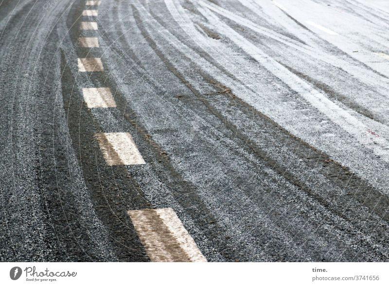 Adaptation problems Street Snow Center line Median strip Tracks Skid marks Cold Winter Curve Tilt Asphalt Tar White Gray Yellow lines Stripe Parallel smooth