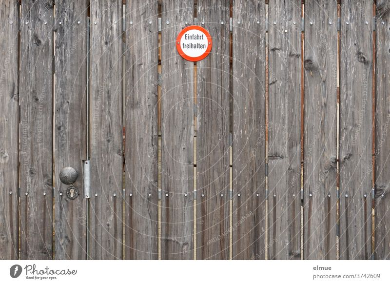 """a big brown wooden gate with a small sign """"Keep the entrance free"""" Wooden gate Goal Signage keep the driveway clear Main gate Holtor Get Signs and labeling"""