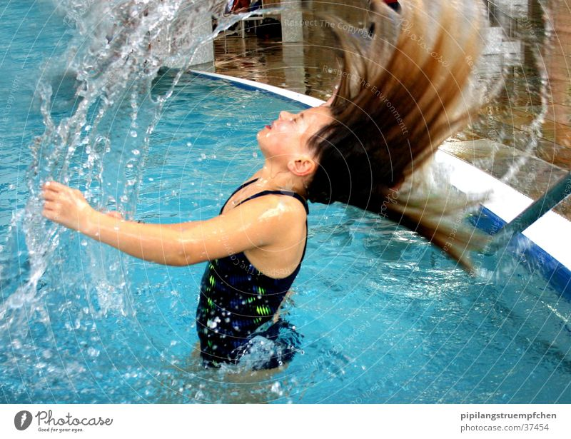 So that the water learns to fly! Swimming pool Girl Swimsuit Wet Woman Water hair thrown into the air Inject swimming. fun little sister