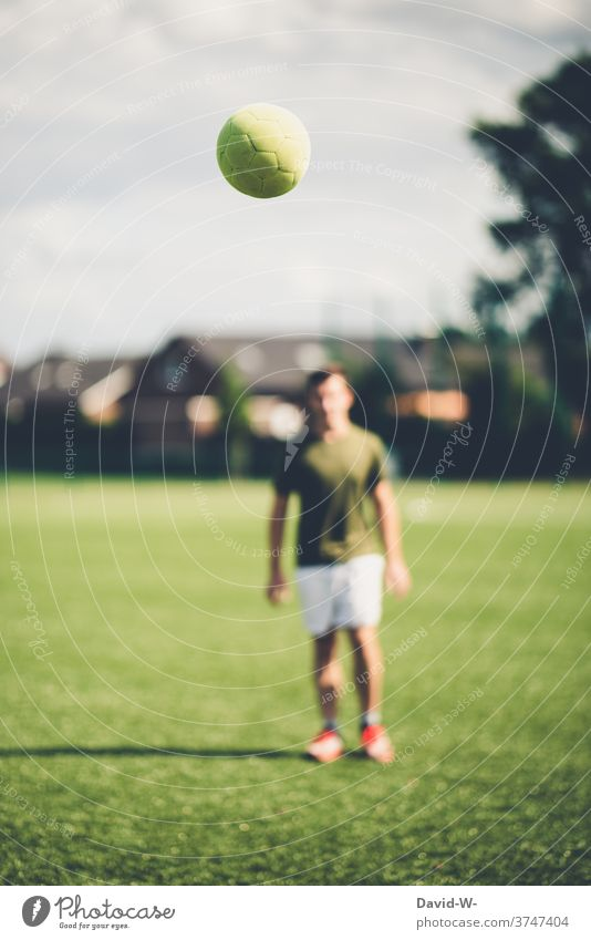 Football flies to the player soccer soccer player Flying Sports Ball sports Football pitch Team Sports Leisure and hobbies Man Sportsperson Athletic