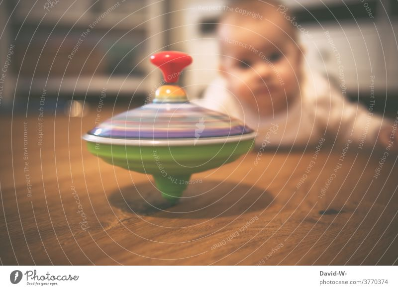Baby watches a spinning top Gyroscope Toys Toddler Observe inquisitorial Playing Infancy spellbound impressed