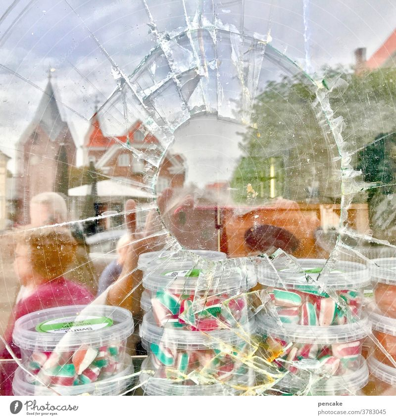 gefangen in plastik   befreiungsversuch Bonbons Schaufensterscheibe Glas Splitter kaputt Geschäft Laden Plastik Plastikbox Einbruch süß Süßigkeiten