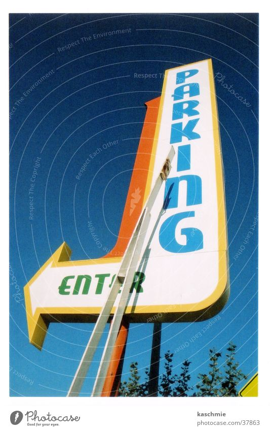 Signs and labeling Arrow Direction Signage Upward Parking lot Road marking Vertical Blue sky Clue Cloudless sky Trend-setting Skyward Clear sky