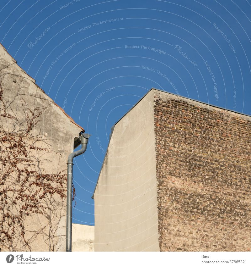 inner courtyard House (Residential Structure) Interior courtyard Sky Facade Deserted Town Wall (building) Town house (City: Block of flats) Wall (barrier)