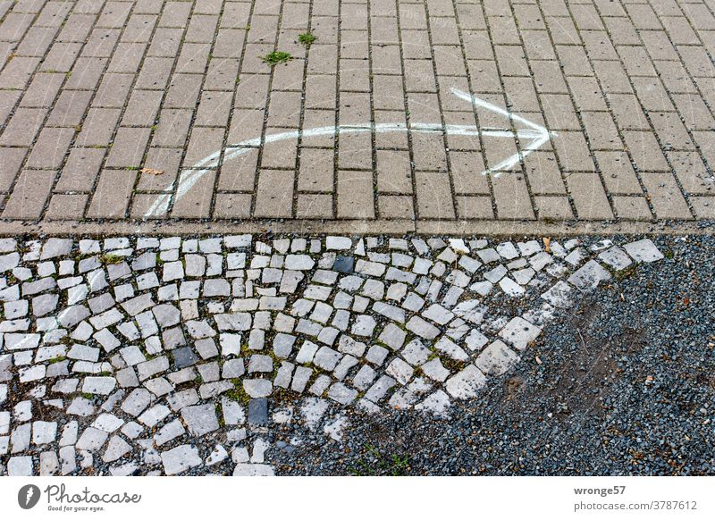Recommendation | an arrow drawn with white chalk on the stone pavement indicates the direction to the right Direction groundbreaking arrow icon Arrow