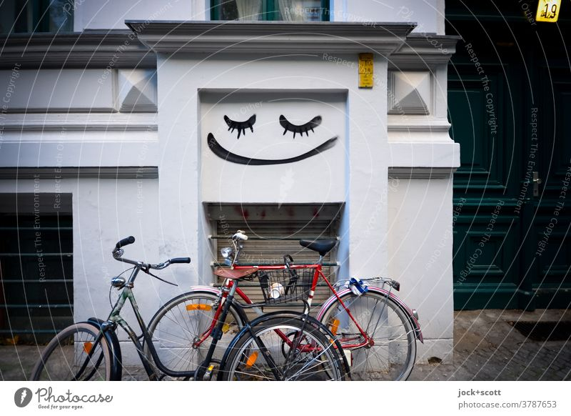 Wheel, facade, mood. All good. Facade Bicycle Street art Smiley House (Residential Structure) attitude to life Ease Wall (building) Parking space Creativity