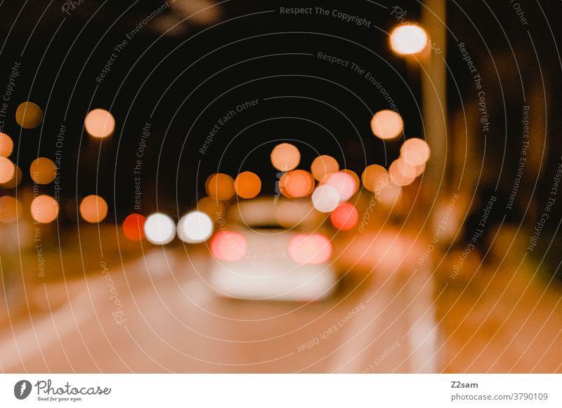 Nächtlicher Verkehr In der Innenstadt verkehr straßenverkehr auto fahren nacht dunkel lichter urban unschärfe verschwommen alkohol drunkenheit gefahr