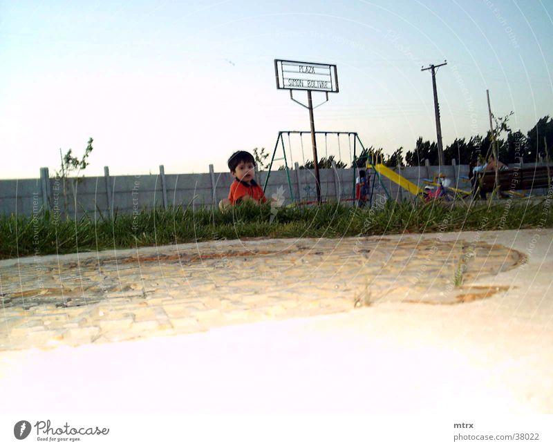 little boy in a park niño fun children games