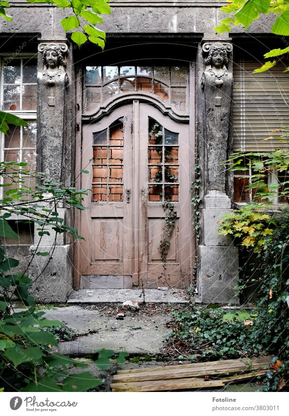 On a foray through Zeitz, the photoline suddenly found herself standing in front of a wonderful Lost Place, whose doors and windows were walled up and prevented her from entering. Longingly she looked at this wonderful door and let her head hang down.