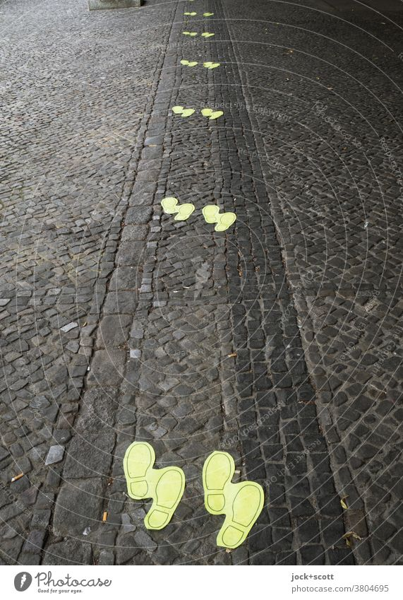 Minimum distance of 1.5 meters due to shoe print Ground markings safety distance gap Cobblestones keep sb./sth. apart Queue Clue corona Protection In pairs