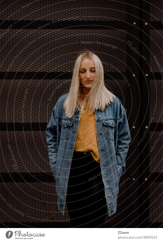 Portrait einer jungen Dame mit Jeansjacke jeansjacke portrait gesicht cool lässig lifestyle jugendlich lehnen natürlich lange haare Gesicht schön hübsch blond