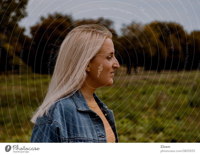 Portrait einer blonden Frau im Grünen jeansjacke lange haare lifestyle portrait hübsch schön woman Natur landschaft wiese glücklich freizeit erholung