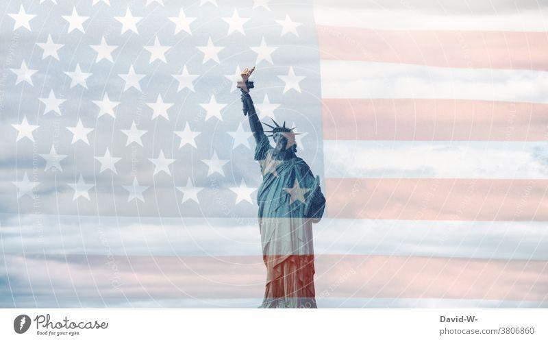 USA - Patriotismus /die Freiheitsstatue und Amerikanische Flagge Wahrzeichen Patriotisch Stolz New York City