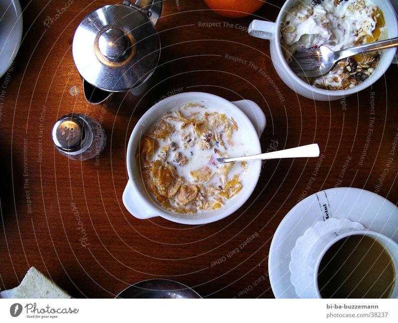 3 o'clock muesli Cereal Spoon Jug Wood Table Skimmed milk Nutrition Bowl Coffee Salt porcelain Kellogs