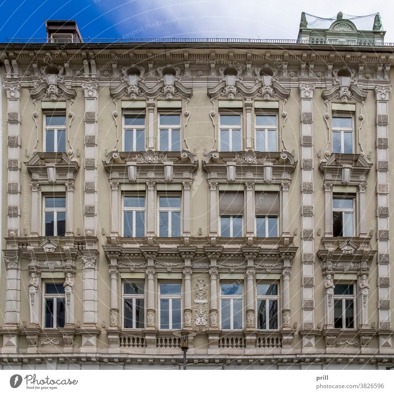 architectural detail in Passau passau architektur ausschnitt fassade hausfassade verziert alt historisch kultur tradition gebäude fenster bayern niederbayern