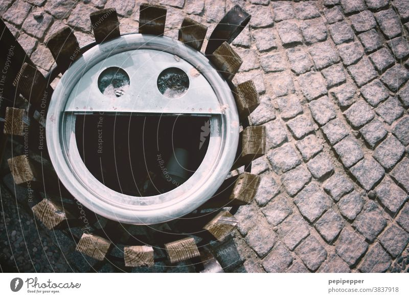 dirty laugh, wastebasket photographed from above Laughter Grinning Face Joy Eyes Mouth Wastepaper basket face urbanface Happy Trash faces Looking eyes Street