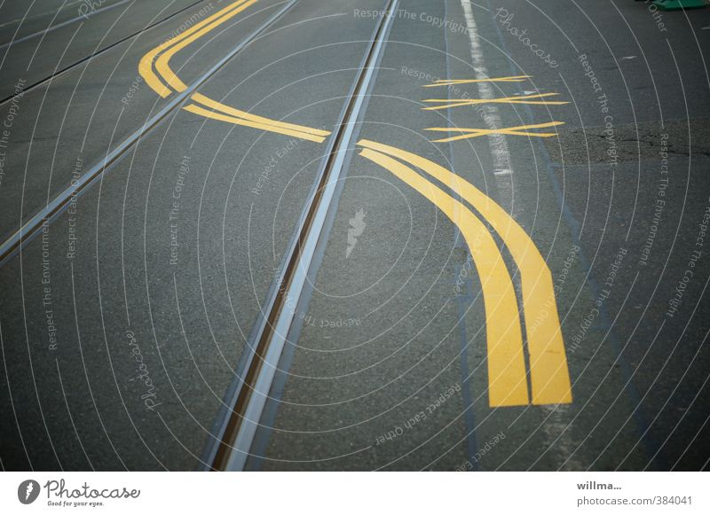 graphic | illiterate with left-hand twist Transport Traffic infrastructure Road traffic Street Lane markings Rail transport Railroad tracks Sign Yellow Gray