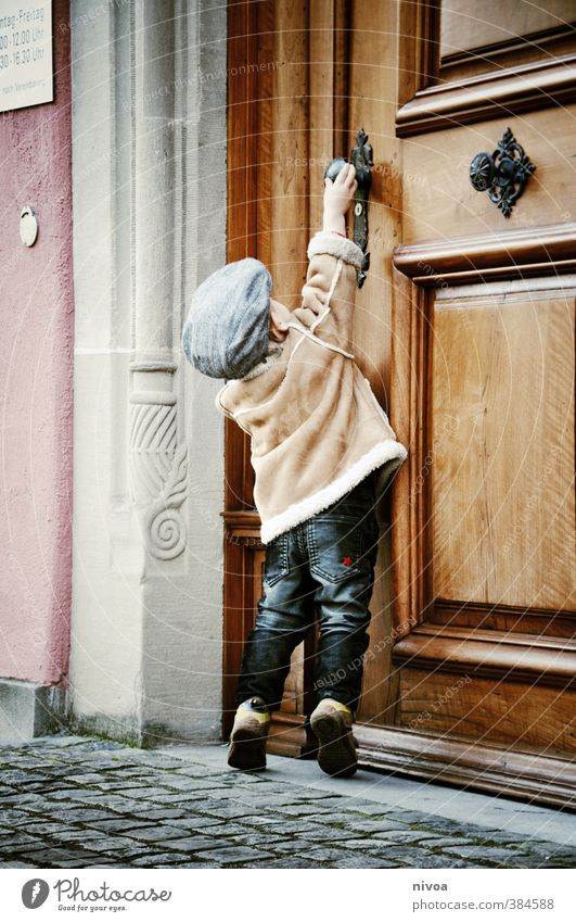 small hurdles in everyday life Child Boy (child) Infancy Body 1 Human being 1 - 3 years Toddler Old town Gate Wall (barrier) Wall (building) Door Door handle