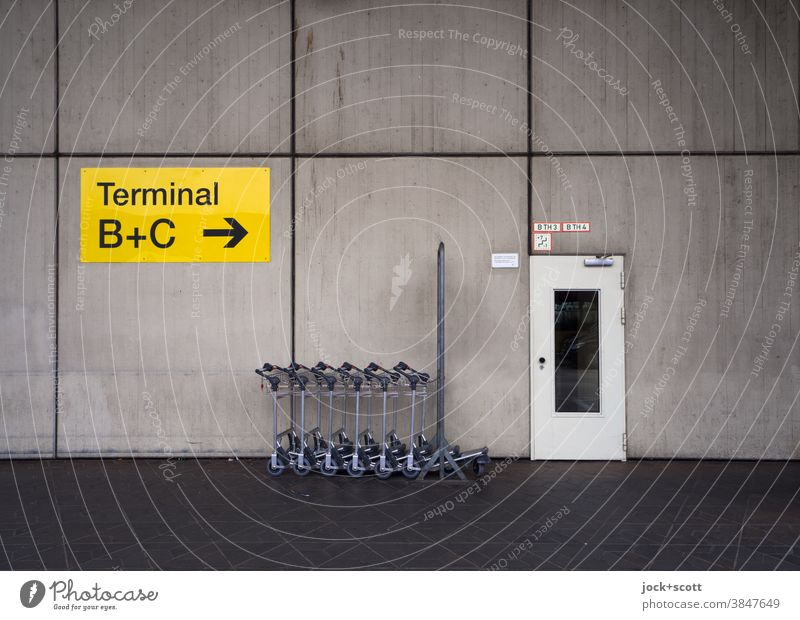 Terminal A, Tegel Airport Signs and labeling door Signage direction arrow Wall (building) Arrow Road marking Cladding Orientation Symmetry Colorless baggage car