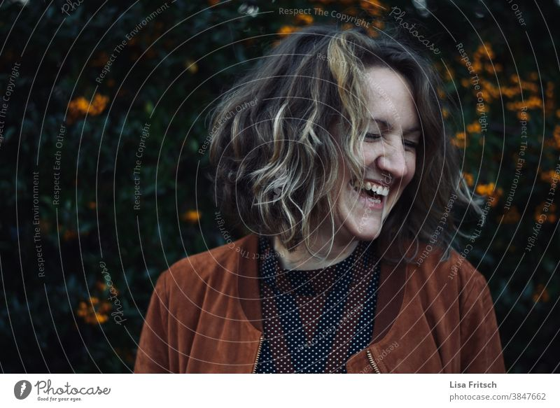 Joy of Autumn Woman 30 years old Curl Blonde Short-haired Joie de vivre (Vitality) Seasons muck about Happy Contentment Nature naturally Brown Orange Laughter