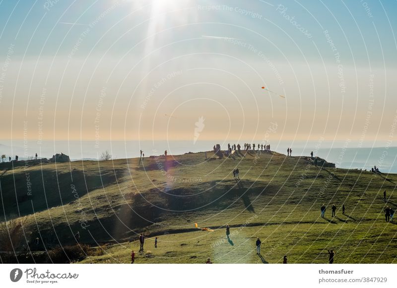 mountain, plateau with many people waiting for the sunset, flying kites at home Shadow Light Plain Franconia Valley Twilight Evening Highlands Horizon Landscape