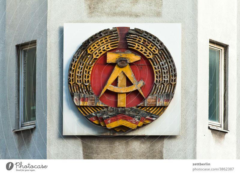 DDR-Wappen, bestehend aus Hammer, Zirkel, Ährenkranz architektur berlin city ddr deutschland ehrenkranz fernsehturm froschperspektive hammer hauptstadt haus
