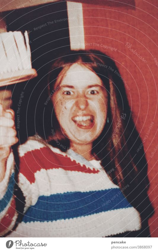 konsumterror? nein danke! frau agressiv spass drohen tapezierpinsel winken witzig ironie strickpullover 70ziger vergangenheit jung altes photo analog retro