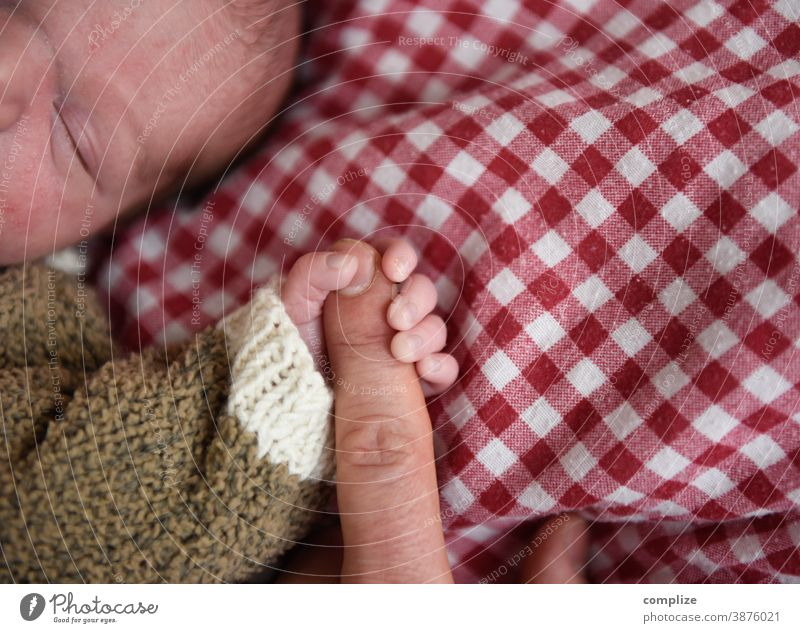 adherence Baby Fingers stop To hold on infant Sleep Trust Safety Bed Duvet pappa Father Child Parents