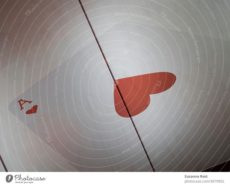 Herz-As Spielkarte auf einer Fahrstuhltür. Aufzug Aufzugtür rot Farbfoto