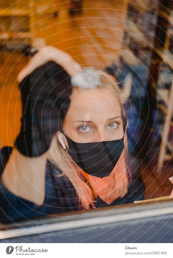 Illustrator during the Christmas painting of a window pane illustration window painting Painting (action, artwork) pen Snowflake artist corona Mask pandemic