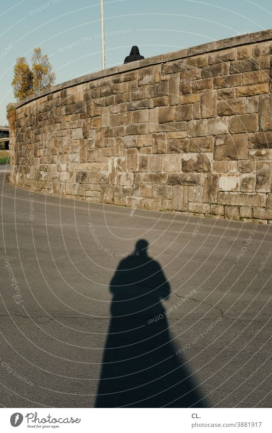 shading person Identity Mysterious Pursue Shadow Wall (barrier) Lanes & trails Human being cryptic 2 Silhouette shadow sb. Observe mystery Fear Hide