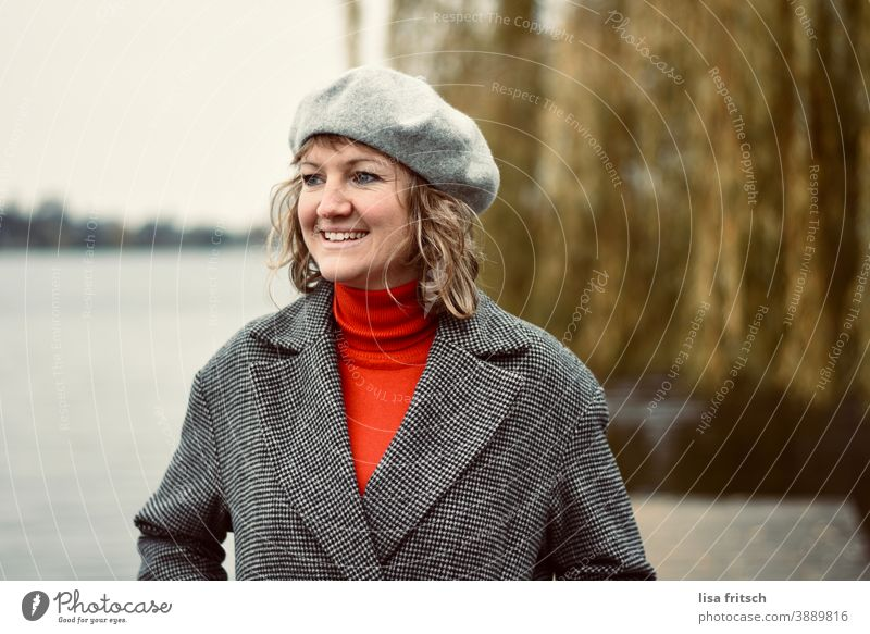 WOMAN - BERET - SMILE Woman Hair and hairstyles Curl Weeping willow Beret 30 years old Blonde Autumn Laughter Roll-necked sweater Feminine laughing Looking away