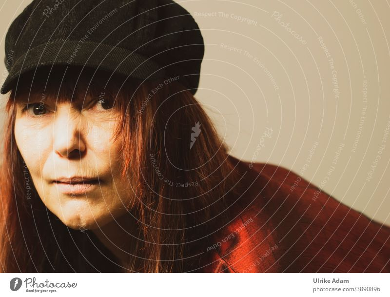 Woman with hat and long red hair Looking into the camera eyes brown eyes Longhaired Brash portrait Colour photo Feminine pretty Adults Human being Face Head