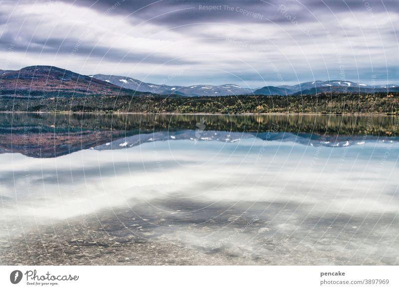 konform   wie oben, so unten Landschaft Norwegen Nordnorwegen Fjord Berge Wasser Spiegelung Reise Wolken Herbst Weite Einsamkeit