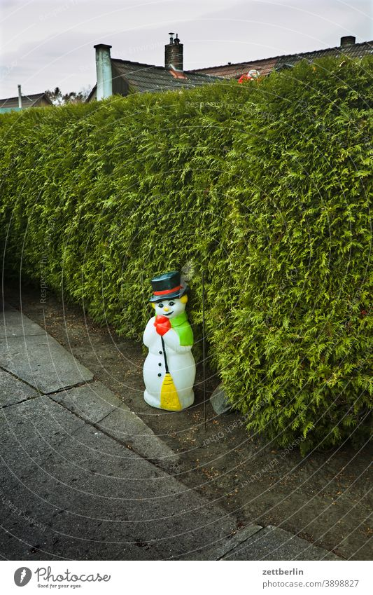 Snowman in the driveway decoration Decoration pavement Highway ramp (entrance) Garage garage entrance Hedge thuja thuja jacket Neighbor neighbourhood dwell