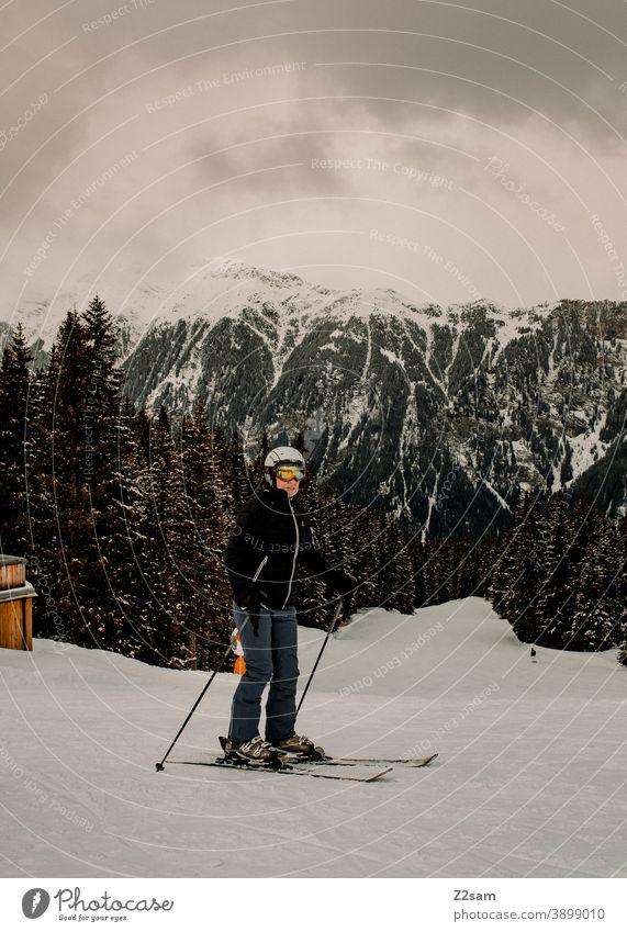 Skifahrerin in Ratschings Südtirol südtirol skifahren wintersport berge schnee alpen frau helm wald landschaft grün grau kälte italien urlaub piste skigebiet