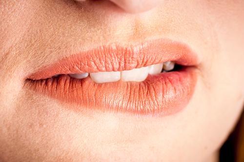 Lips near Mund weiblich Detail Person Kaukasier Lippe nicht erkennbar Lippen Gesicht Menschen Lippenbläschen Haut Herpes Frau Nahaufnahme Weib schön geschminkt