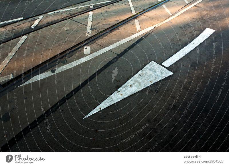 Lane marking, arrow, oncoming traffic Turn off Asphalt Corner Lane markings Bicycle Cycle path Clue edge Curve Line Left navi Navigation Orientation Arrow Wheel