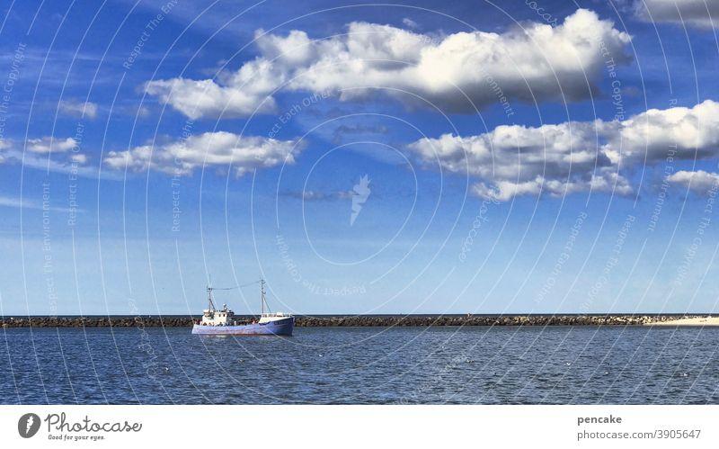 jetzt aber schnell | in den sicheren hafen Wasser Schiff Hafen Wolken Küste Fischfang Nordsee Dänemark Hafeneinfahrt