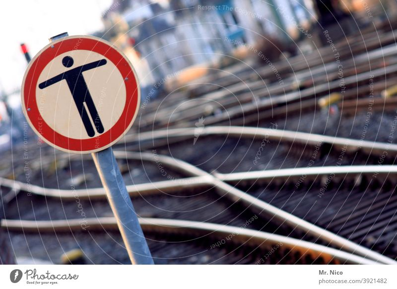 END ON SITE Railway tracks Road sign Railroad Railroad tracks Railroad system Logistics Traffic infrastructure Rail transport Prohibition sign Pedestrian