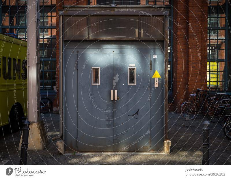 FACELIFTING Elevator Technology Smiley Happiness Blue Design Inspiration Creativity Lanes & trails Street art Spirited Plain Light (Natural Phenomenon)