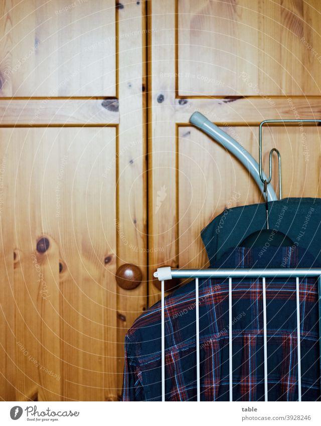 Wäscheständer, Oberhemd, Bügelbrett lehnen an der Kleiderschranktür... analog KodakEktar100 Film Scan Haushalt Waschtag Long shot Detail Orderliness Wood