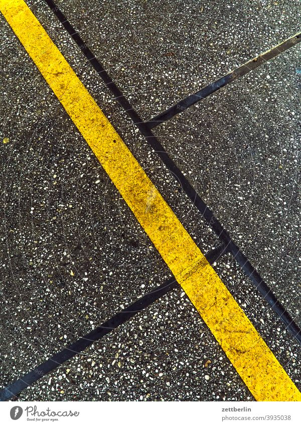 yellow line Turn off Asphalt Highway Corner Lane markings Bicycle Cycle path Clue edge Curve Line Left navi Navigation Orientation Arrow Wheel cyclists