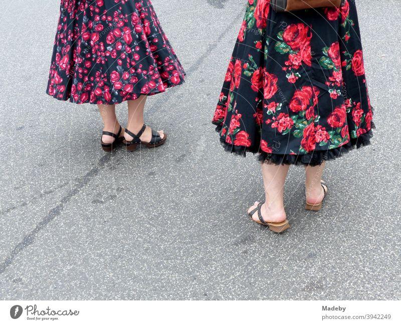 Frauen in bunten Kleidern im Stil der Fünfzigerjahre und Sechzigerjahre im Sommer bei den Golden Oldies in Wettenberg Krofdorf-Gleiberg bei Gießen in Hessen