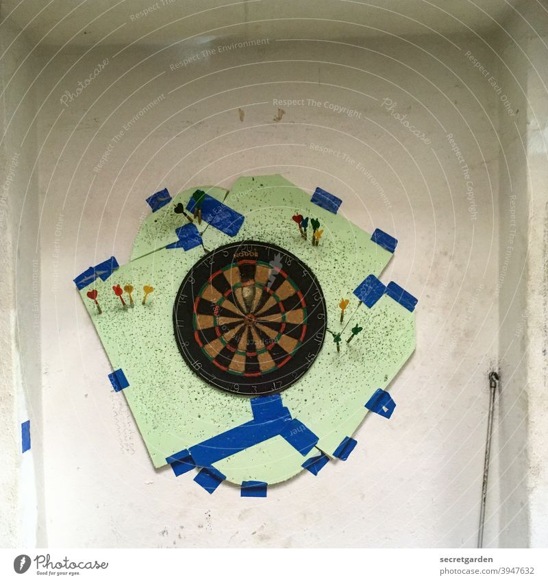 This picture is a hit! Darts Dartboard dartboard game Playing Employment Expansion Inventor inventive Leisure and hobbies Joy Colour photo Sports Deserted Arrow