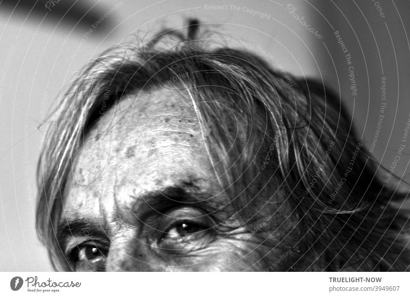 Selfie of an old man looking at the camera, with photographic mouth-nose covering and corona hairdo, but the eyes and forehead are clearly visible