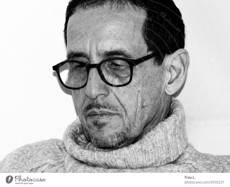 A reading man Facial hair crease portrait Face Man Eyeglasses Sit Sweater Roll-necked sweater flash