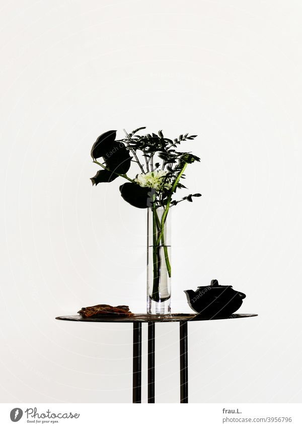 Flashed bouquet Vase Table Blossom Teapot Gloves Buttercup Wall (building) Necklace