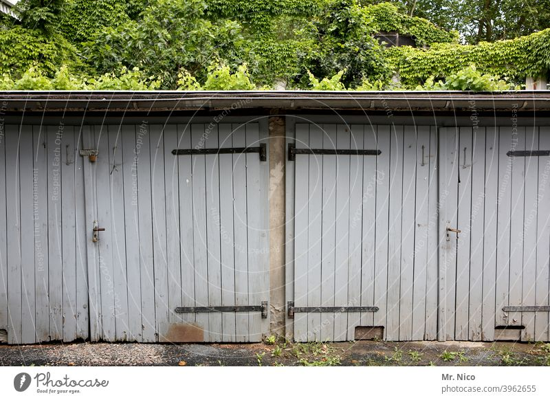 sheds Goal Flake Garage Garage door Closed Gray Gloomy Backyard Building Wooden gate Calm Ivy Mysterious Nostalgia Weathered Roof keep Highway ramp (exit)