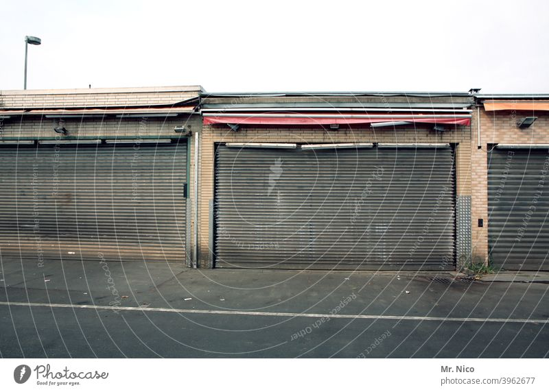 dead I the shop is closed Goal Storage Warehouse Depot Building Wholesale market fresh market Trade Type of market Entrance Way out Closed Gloomy Market stall